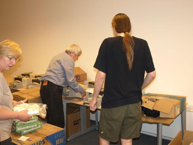 zamestnanci CVTI SR triedia a kompletizujú PC zostavy