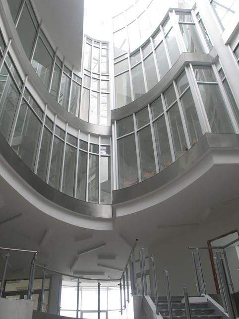 pohľad zdola na horné poschodia